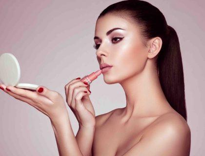 Rouge à lèvres ou brillant à lèvres : lequel porter ?