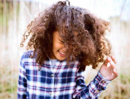Comment prendre soin de ses cheveux naturels en été